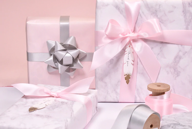 Подарочная коробка с атласной лентой