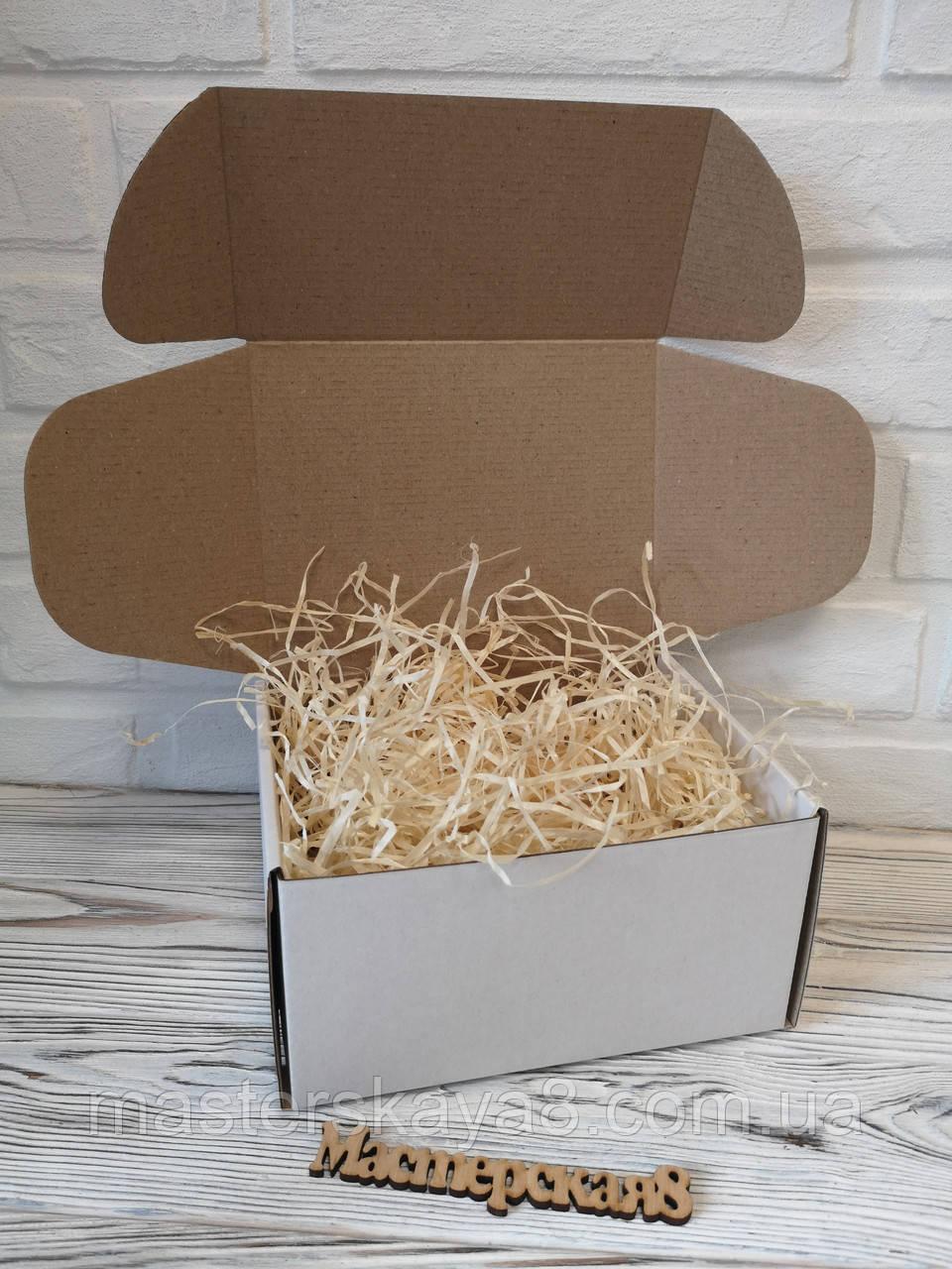Подарункова коробка біла 205 х 205 х 125 мм з декоративною дерев'яною стружкою