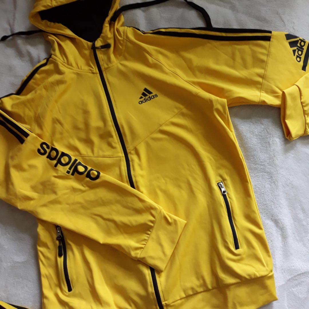 Желтый мужской спортивный костюм с капюшоном