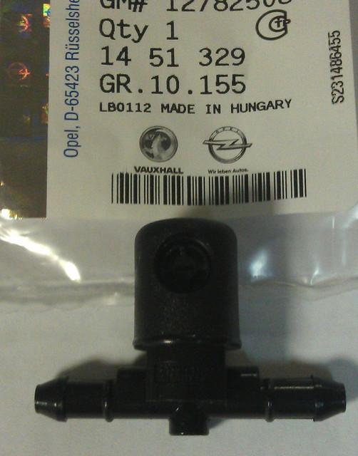 Форсунка (разбрызгиватель) омывателя (стеклоомывателя) лобового (ветрового) стекла левая веерного типа (проходная) не обогреваемая GM 1451329 12782508