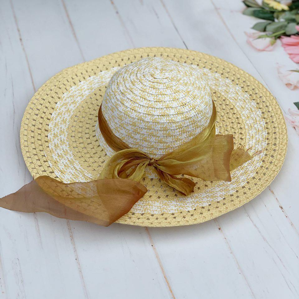 Летняя шляпа с широкими полями с лентой из фатина
