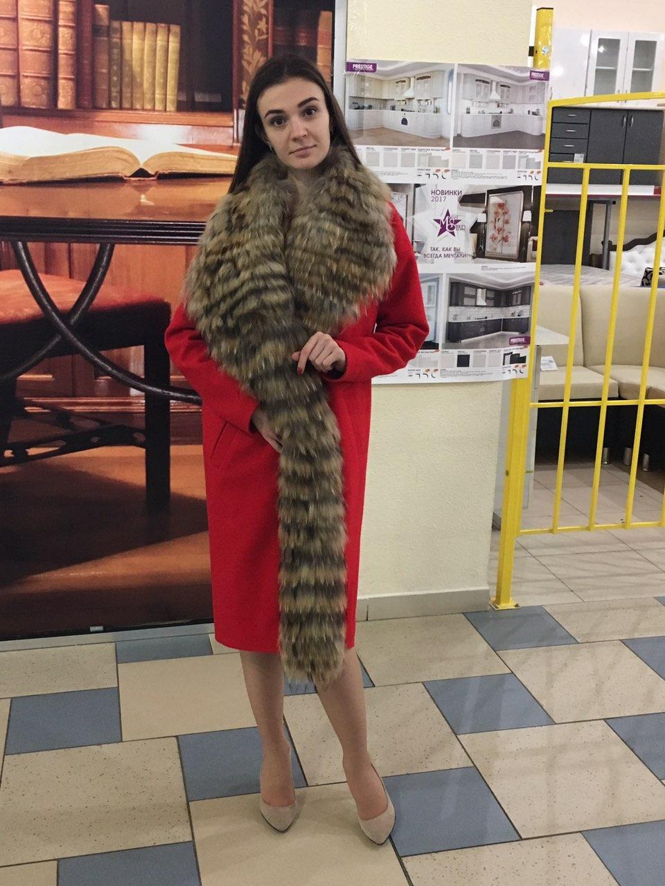 Женское пальто Vshubke c натуральным мехом енота 46 красное (796)