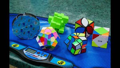 Головоломки и кубики Рубика .