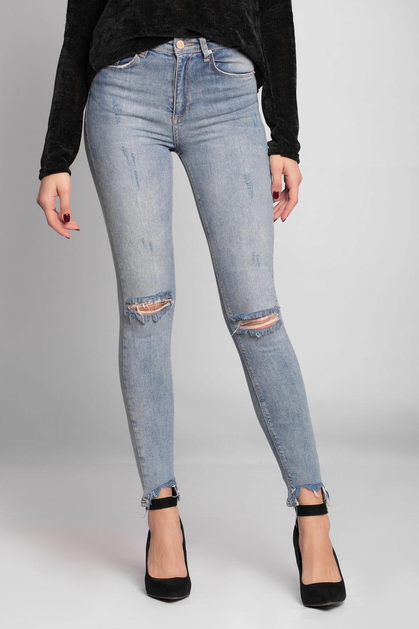 Стрейчевые облегающие джинсы с рваными коленями