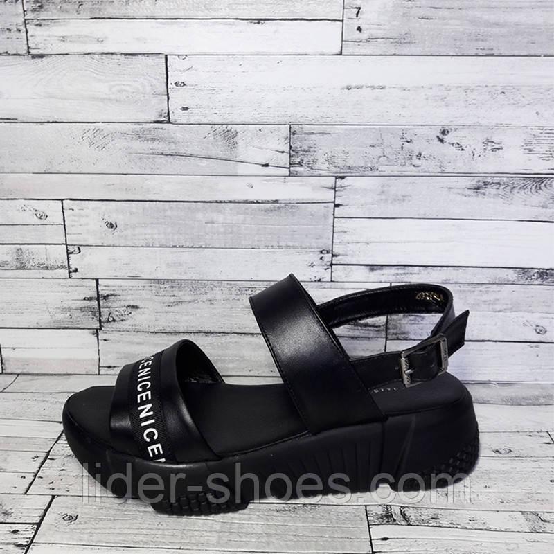Женские кожаные босоножки на танкетке черного цвета