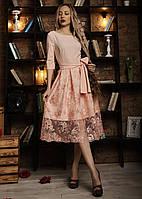 Элегантное платье украшено кружевом пудровое