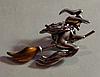 Брошка брошка значок баба ЯГА, відьма летить на мітлі метал кнопка чаклунка, фото 3