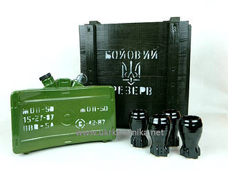 Бойовий резерв - бутылка и стаканы в деревянном ящике
