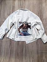 Женская белая курточка с аппликацией на спине