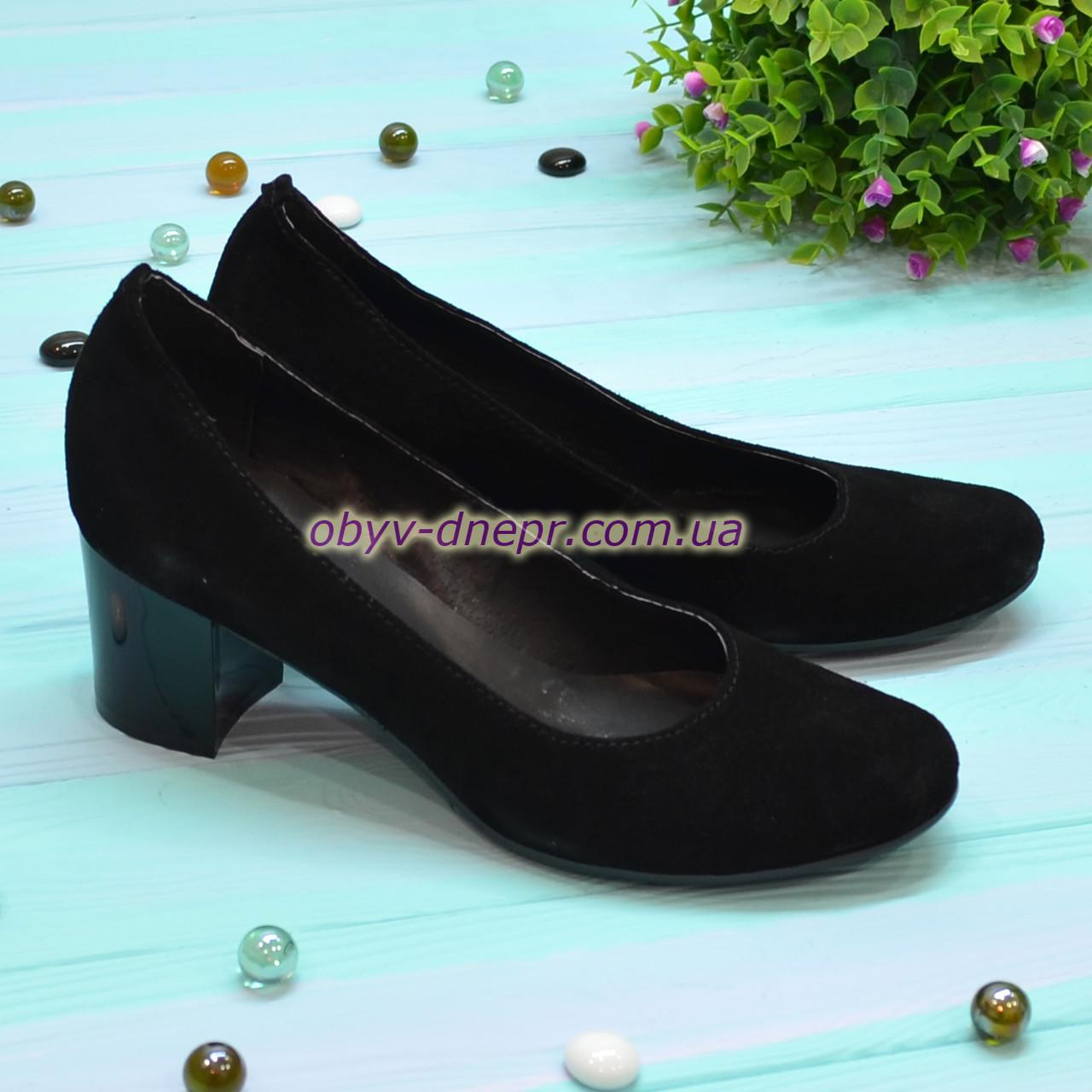 Женские туфли на невысоком устойчивом каблуке, из натуральной замши черного цвета