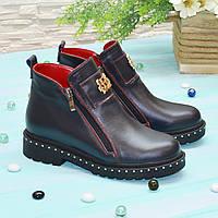 женские кожаные ботинки на маленьком каблуке, декорированы фурнитурой. Цвет синий