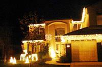 Оформить фасад дома на новый год, украсить елку и деревья гирляндами, световые фигуры