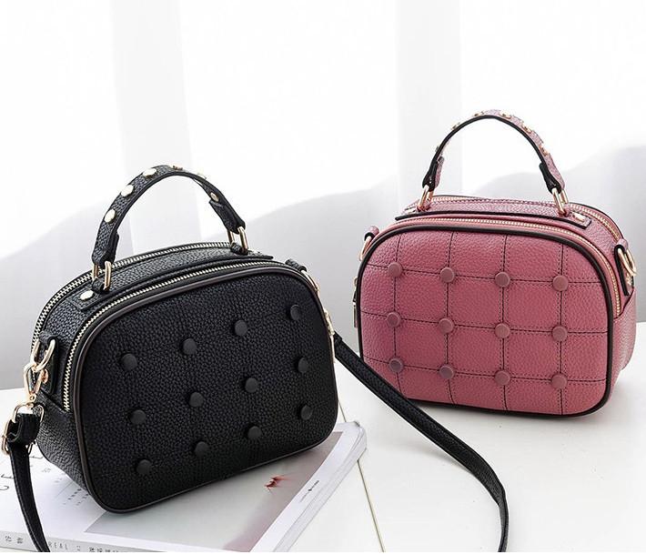 Модная женская сумочка с пуговицами