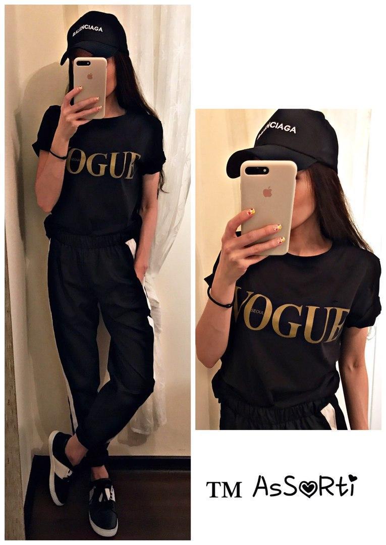 Стильная женская футболка с красивой золотистой надписью спереди