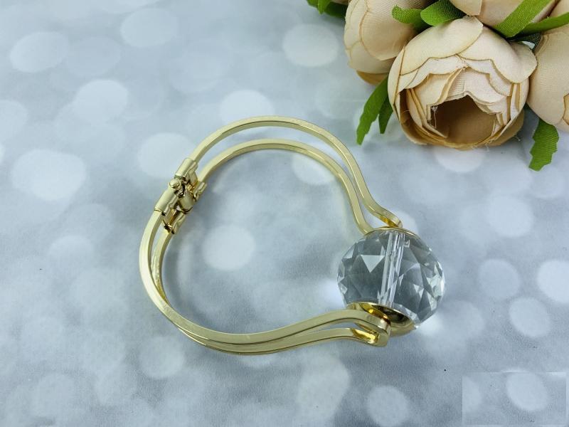 Браслет металл в золоте с большим алмазом