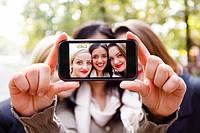 Большинство подростков и молодых людей развлекают себя новым веянием в фотографии – selfie.