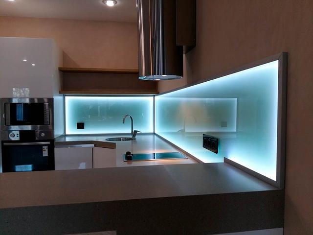 сатиновый стеклянный фартук с подсветкой в Днепре