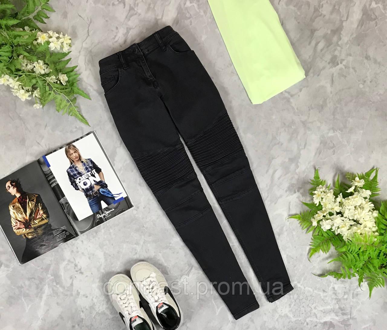 Стильные джинсы с акцентом на линии колена  PN1924019