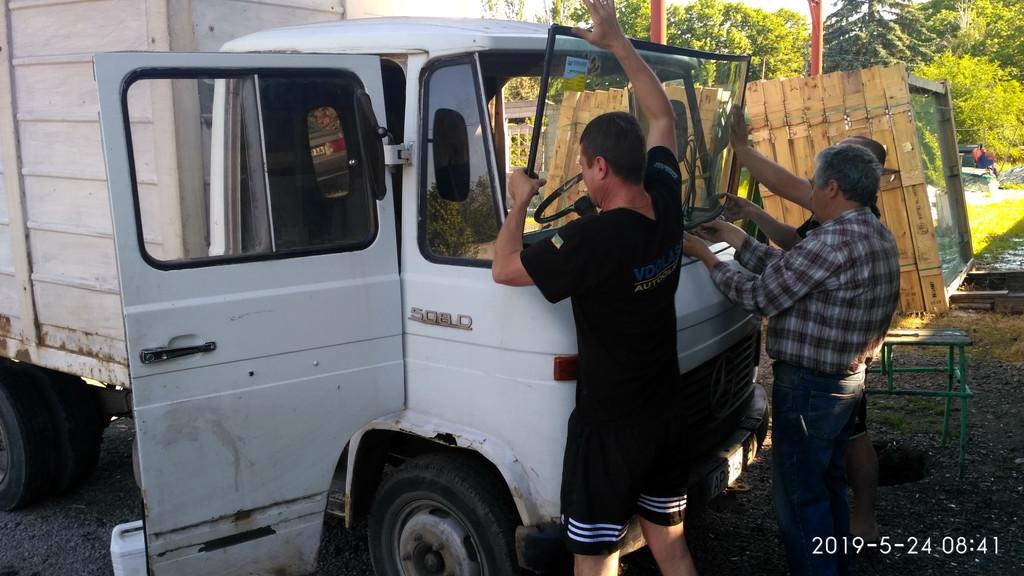 Производство и замена лобового стекла триплекс на грузовике Mercedes 508 в Никополе (Украина).