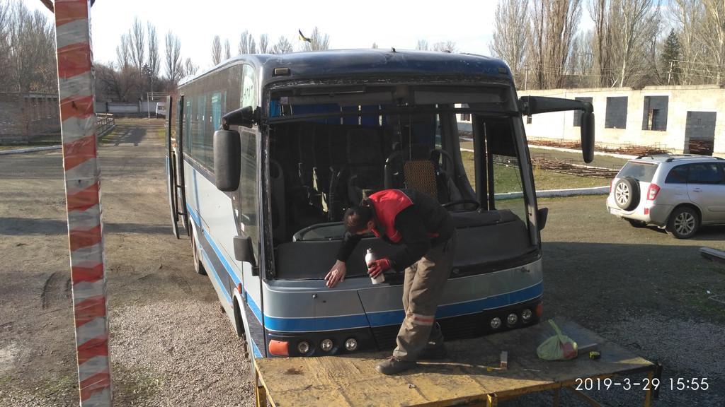 Производств и замена лобового стекла триплекс на автобусе Mercedes A 747  в Никополе (Украина).