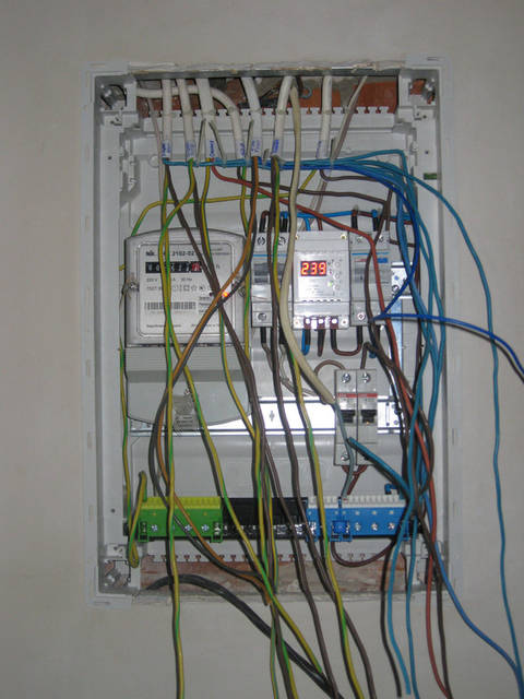 Готовим кабель к зачистке и маркировке. Подключаем кабельные линии к установленным устройствам (расключение щита).