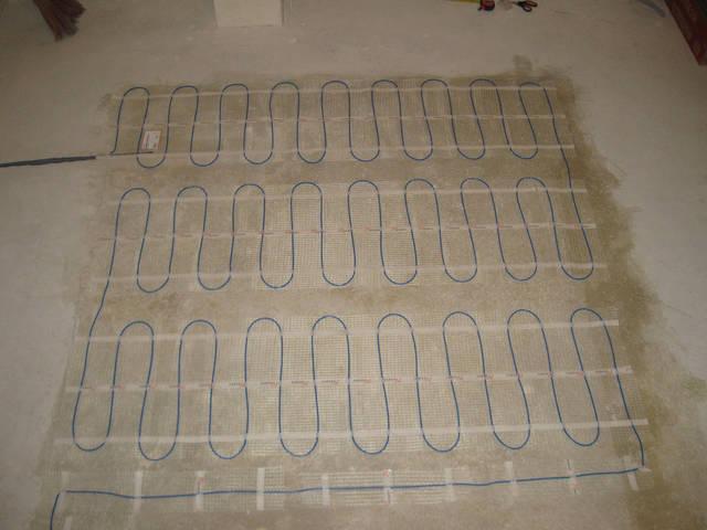 В местах поворота кабеля разрезаем сетку и продолжаем укладку. Закончив укладку проверяем сопротивление.