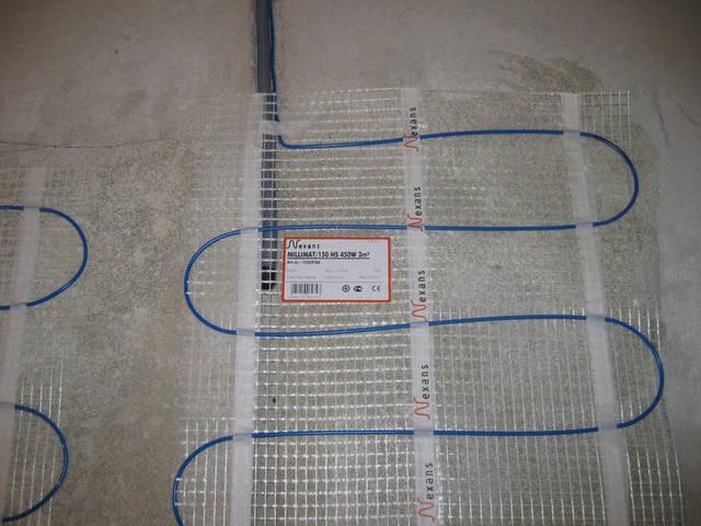 Предварительно пробив в стяжке штробу, укладываем в нее гофротрубу, в которую устанавливается датчик измерения температуры пола. Гофротруба должна быть утоплена под секцию нагревательного кабеля на 50 см. и быть между двух жил.