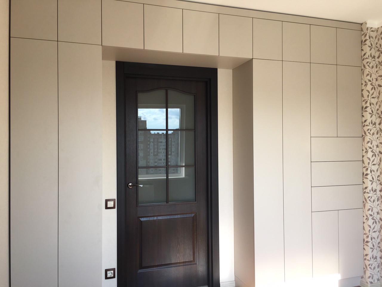 Шкаф с дверями без ручек и тумбой над дверью