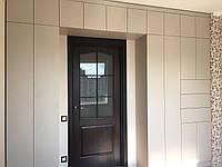 Шкаф с дверями без ручек и тумбой над дверью  , фото 1
