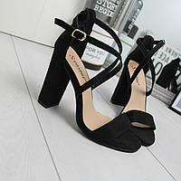 Женские черные босоножки из замши на каблуке  74K529