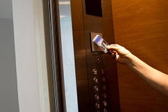 Монтаж систем контроля доступа в лифте