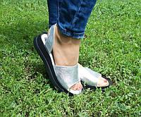 Женские кожаные босоножки серебристого цвета, фото 1
