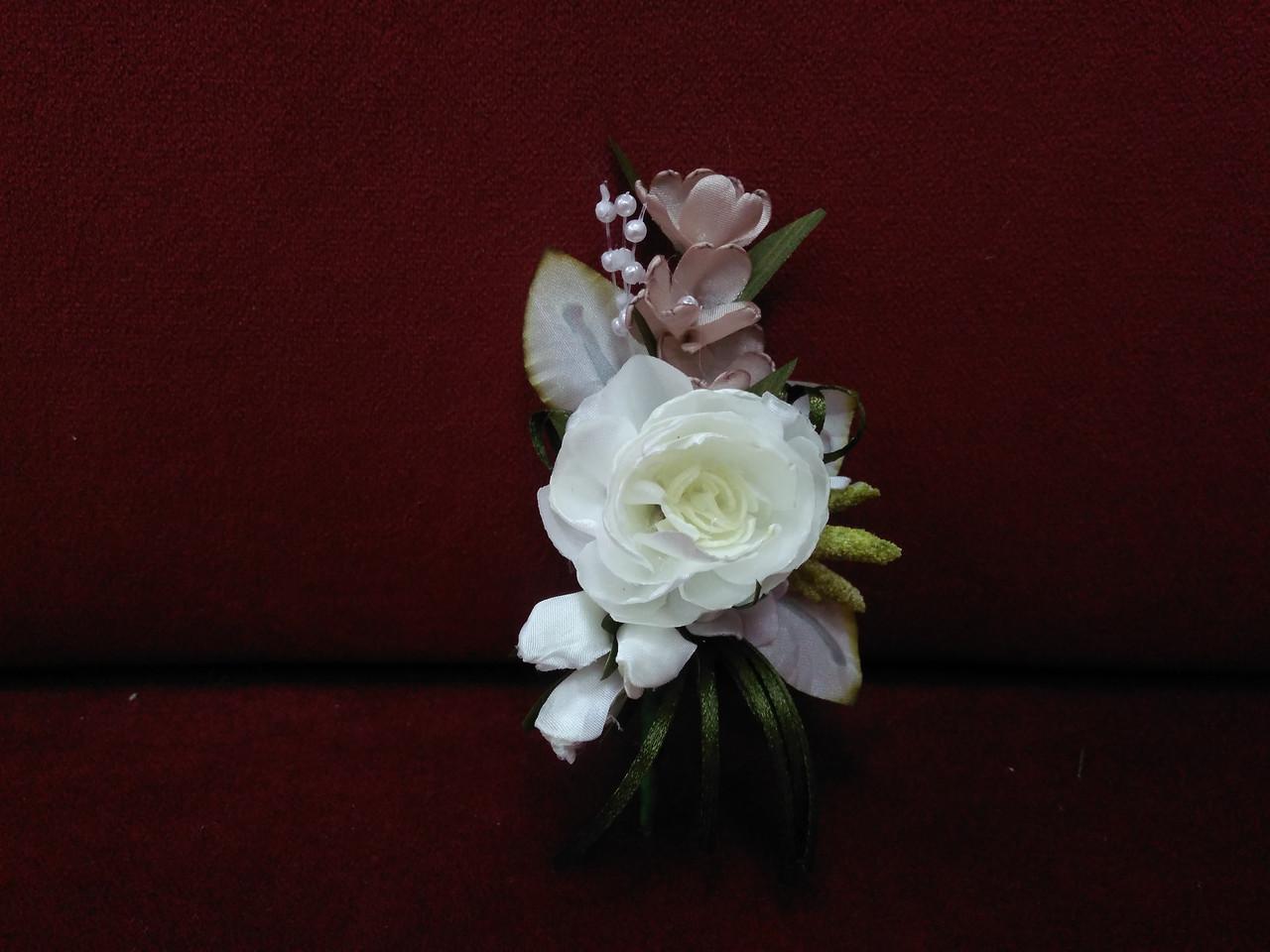Весільна бутоньєрка з півонії айворі з капучіно