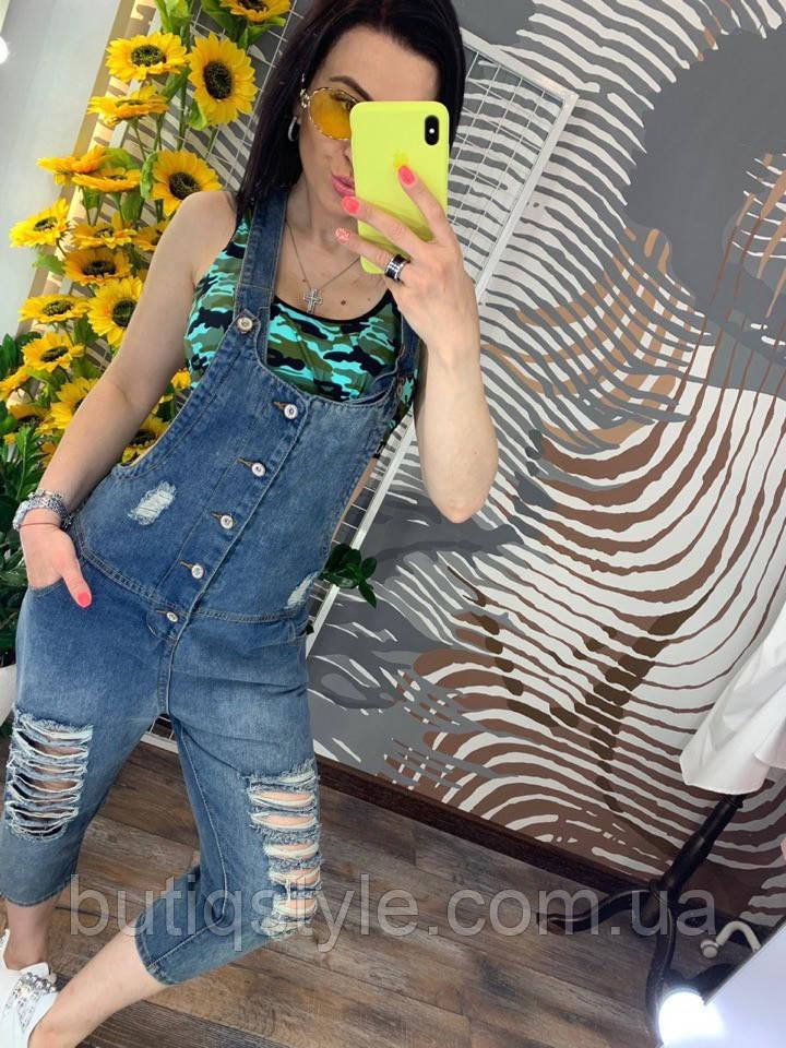Модний жіночий джинсовий комбінезон з брюками і рваним декором
