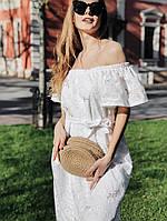 Платье с открытыми плечами декорировано вышивкой