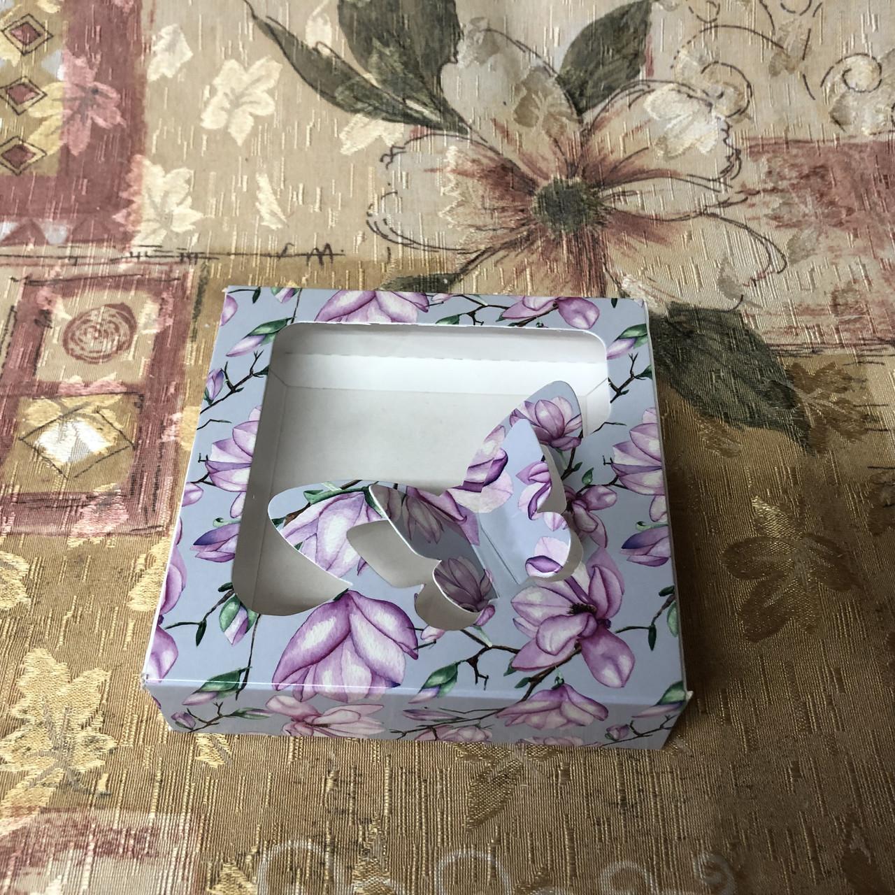 Коробка для пряников / 120х120х30 мм / печать-Магнолия / окно-Бабочка