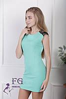 Короткое женское платье без рукавов,  в цветах