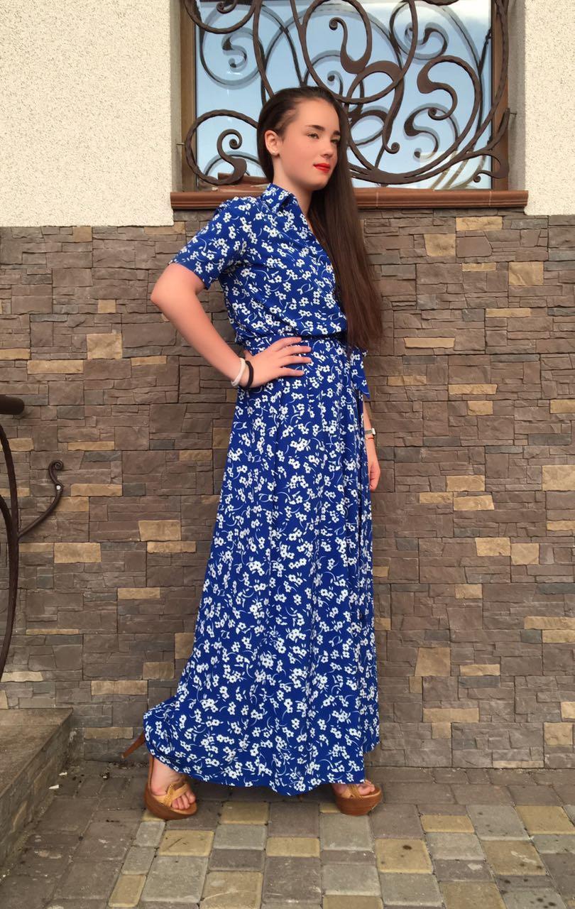 Длинное летнее платье с цветочным принтом электрик