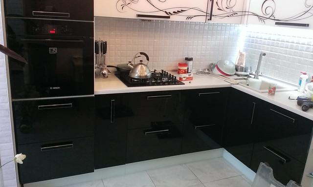 Черно белая кухня с стеклянными фасадами