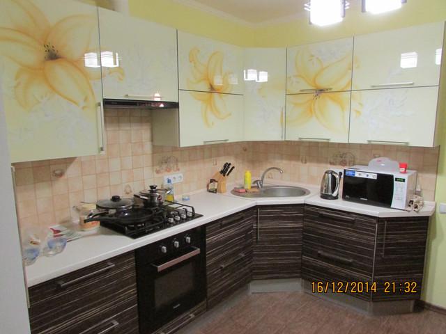 Кухня стеклянный верх ниж шпон