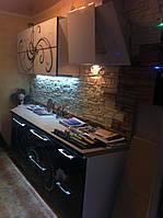 Кухня с декоративным искусственным камнем