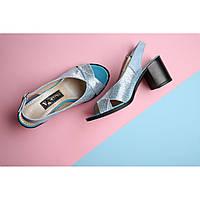Кожаные женские босоножки голубого цвета на каблуке