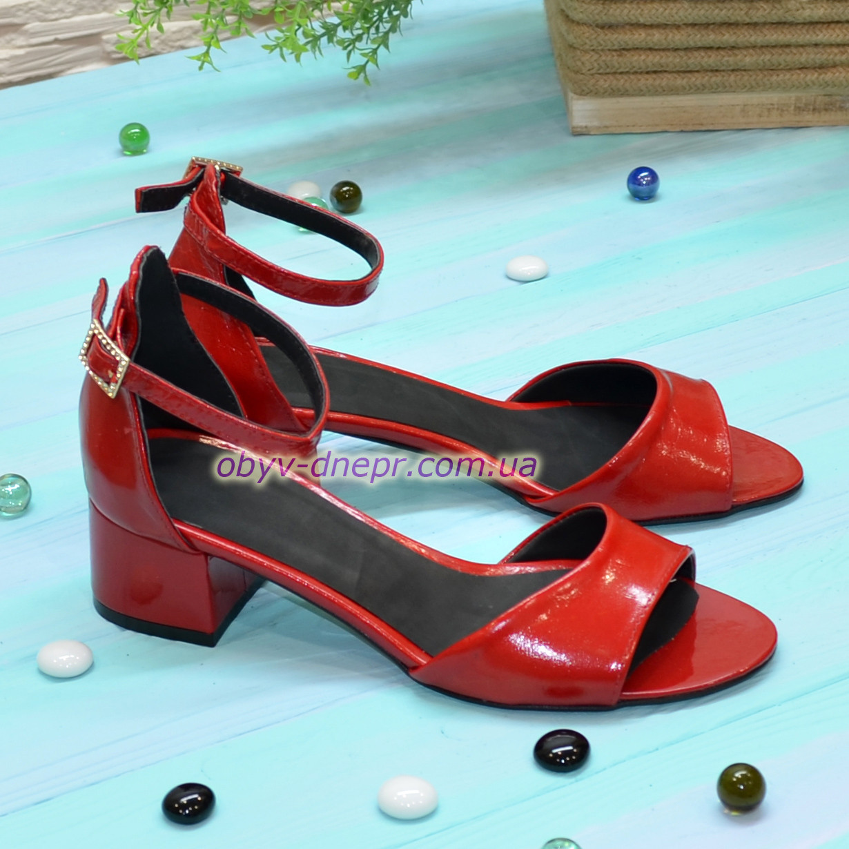 Босоножки женские лаковые на невысоком каблуке, цвет красный