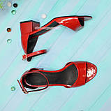Босоножки женские лаковые на невысоком каблуке, цвет красный, фото 4