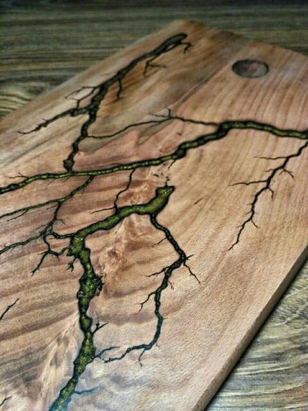 Дерев'яна дощечка для кухні з епоксидною смолою
