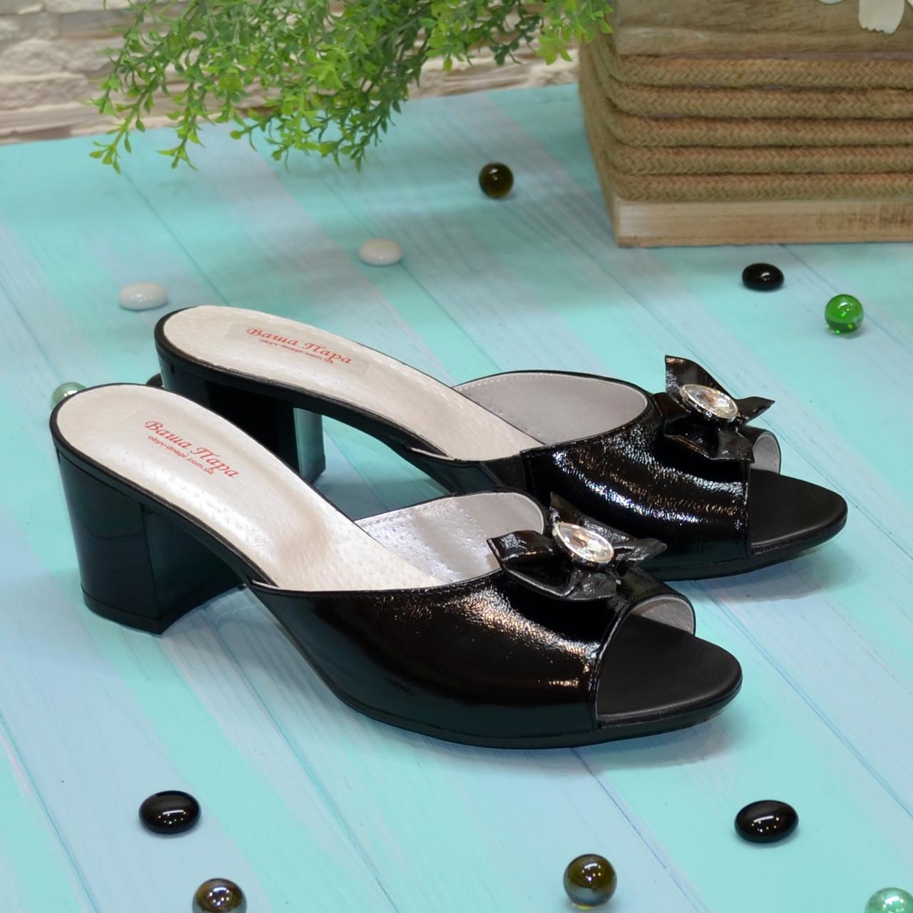 Шлепанцы женские лаковые черные на устойчивом каблуке, декорированы бантиком и фурнитурой