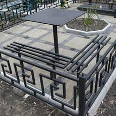 Оградки, столы и скамейки на кладбище