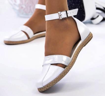 Босоножки с закрытым носком на низком ходу кожаные белые