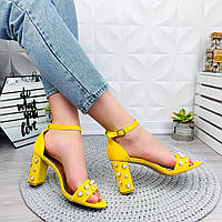Желтые модные женские босоножки с украшением