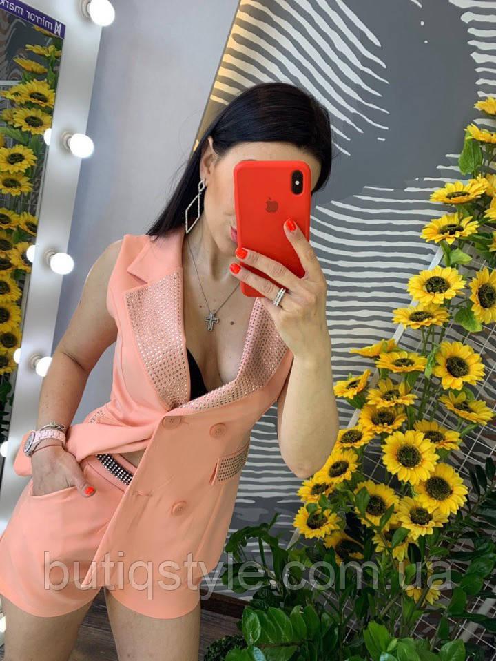 Очаровательный женский летний костюм: жакет без рукавов + шорты со стразами